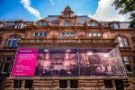 Stadthalle: Großes Banner informiert über Sanierung Visualisierungen vermitteln Eindruck vom Großen Saal / Dank an Spender für herausragendes Engagement